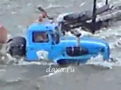 Russische LKW (Ural) fahren durch tiefe Flüsse