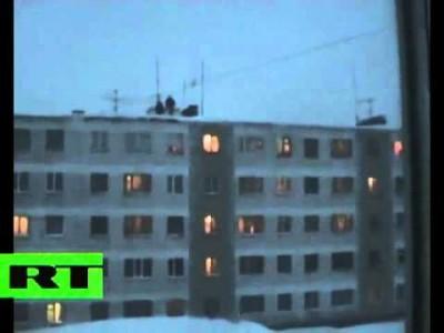 Verrückte Russen springen von Hochhaus in Schnee