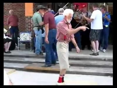 Opa geht ab beim Shuffling (Techno tanzen)