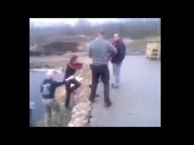 Betrunkene Russen springen in (auf) zugefrorenen See