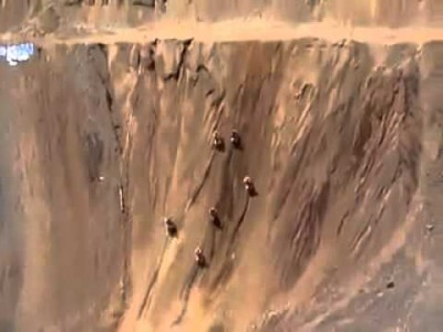 Motocross fahren hohe Steilwand hinauf
