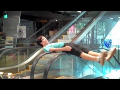 Witziger Rolltreppen Spin Trick Fail