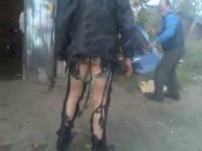 Betrunkener Russe steht in Flammen und mit nacktem Arsch da