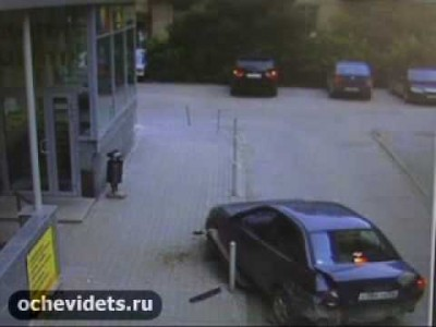 Betrunkener Russe schrottet extrem sein Auto