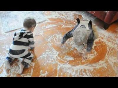 Wenn Kinder unbeaufsichtigt mit Mehl spielen
