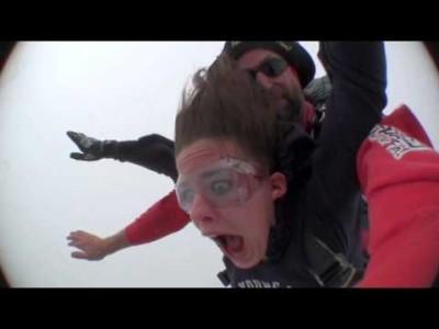 Extrem lustiger Fallschirmsprung mit süßem Girl