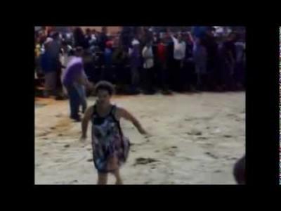 Betrunkene dumme Frau kämpft gegen Stier