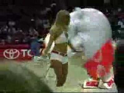 Sexy Cheerleader wird von Maskottchen gefressen