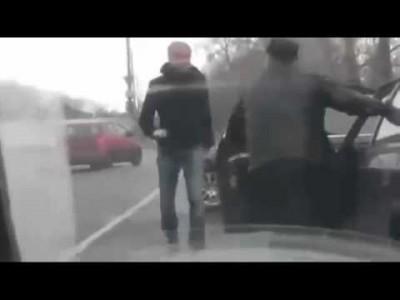 Autofahrer (Russen) kämpfen und zerstören Autos