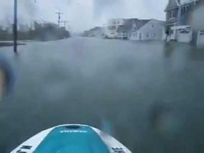 Verrückter Mann fährt Jetski durch überflutete Stadt von Sturm Sandy