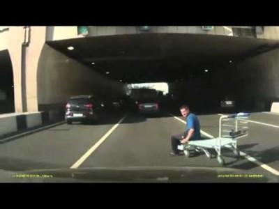 Betrunkener Russe fährt mit Einkaufswagen auf Straße
