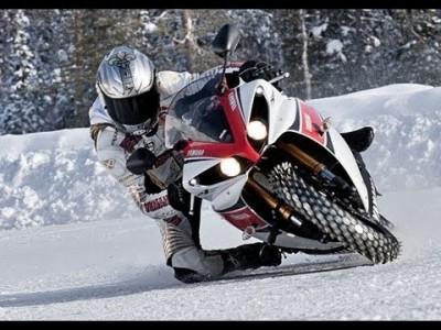 Auto vs. Motorrad-Rennen auf Schnee und Eis bis 258 km/h