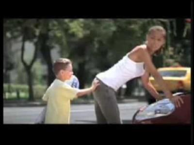 Lustige Werbung mit sexy Frauen und frechen Kindern