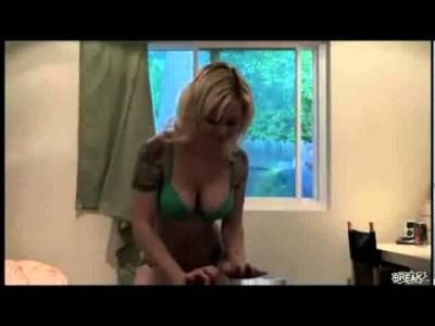 Lustiger Webcam Strip Fail mit sexy Frau und Spannern
