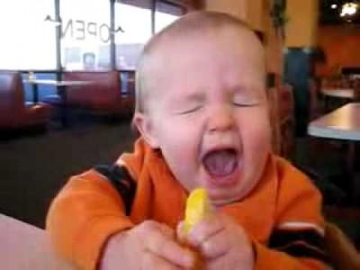 Süßes Baby lernt das Zitronen echt sauer sind