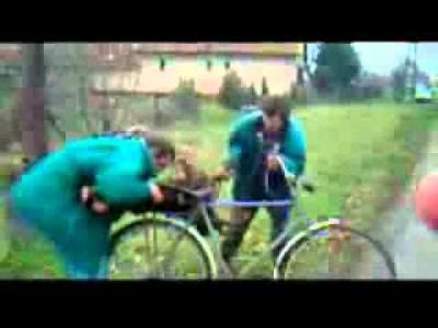 Extrem lustig! 2 Besoffene Russen, 1 Fahrrad und 1 Baumstamm