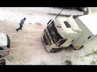 【 Krass 】 Audi Q7 schleppt LKW auf Schnee ab