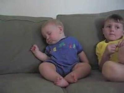 【 Lustiges Baby Video 】 Müdes Baby kann nicht wach bleiben